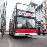 BERLIJN, DUITSLAND - MEI 10, 2015: Bus in Checkpoint Charlie De kruising tussen het Oosten en West-Berlijn werd een symbool van Stock Afbeeldingen