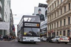 BERLIJN, DUITSLAND - MEI 10, 2015: Bus in Checkpoint Charlie De kruising tussen het Oosten en West-Berlijn werd een symbool van Stock Fotografie