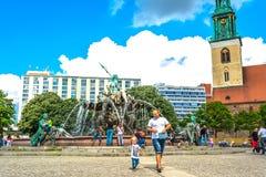 Berlijn, Duitsland - Mei 25, 2015: De fontein van Neptunus in Berlijn Stock Fotografie