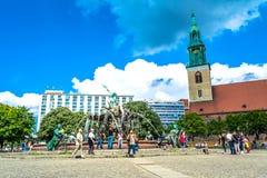 Berlijn, Duitsland - Mei 25, 2015: De fontein van Neptunus in Berlijn Stock Foto