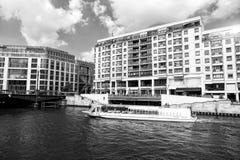 Berlijn, Duitsland - Mei 31, 2017: plezierboot op Fuifrivier Het schip van de vakantiekruiser op cityscape op bewolkte hemel Rivi royalty-vrije stock foto