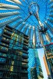 Berlijn, Duitsland - Mei 25, 2015: Sony Center in Berlijn bij zonsondergang met een blauwe duidelijke hemel Royalty-vrije Stock Afbeeldingen