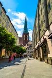 Berlijn, Duitsland - Mei 25, 2015: Straat in Berlijn met een mening van de kerk van Sinterklaas Stock Afbeeldingen