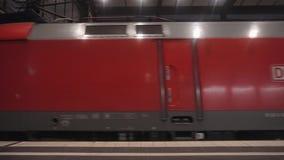 Berlijn, Duitsland - 23 Nov., 2018: De post van Berlin Zoologischer Garten u-Bahn stock videobeelden