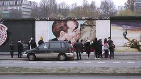 BERLIJN, DUITSLAND - 22 NOV., 2018: De toeristen neemt foto's met de beroemde kus van Berlin Wall 4K stock footage