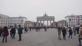 Berlijn, Duitsland - 24 Nov., 2018: De toeristen overbevolken gang op vierkant dichtbij de Poort van Brandenburg stock video