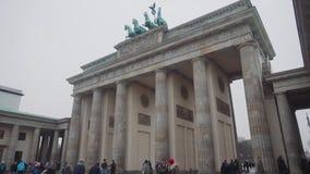BERLIJN, DUITSLAND - 24 NOV., 2018: De toeristen worden gefotografeerd tegen de achtergrond van de Poort van Brandenburg in Berli stock video