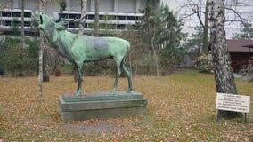 Berlijn, Duitsland - 23 Nov., 2018: Groot standbeeld van het brullende die mannetje in 1906 door Josef Pallenberg wordt gecreeerd stock video