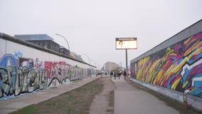 Berlijn, Duitsland - 22 Nov., 2018: Pan van de overblijfselen van Berlin Wall wordt geschoten dat stock videobeelden
