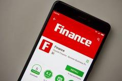 Berlijn, Duitsland - November 19, 2017: Financiëntoepassing op het scherm van modern smartphoneclose-up stock afbeeldingen