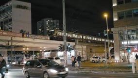 Berlijn, Duitsland - Oktober 2018: Nachtverkeer op de straten van het kapitaal Metropassen over de brug, auto's stock video