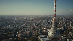 BERLIJN, DUITSLAND - OKTOBER 21, 2018 Satellietbeeld van beroemde Berliner Fernsehturm of Televisietoren tegen mooi stock videobeelden