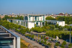 Berlijn, Duitsland - Panorama van het moderne Duitse Kanselarijgebouw - Bundeskanzieramt - hoofdbureau van Kanselier van royalty-vrije stock afbeelding
