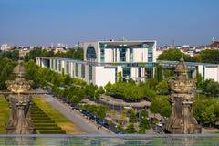 Berlijn, Duitsland - Panorama van het moderne Duitse Kanselarijgebouw - Bundeskanzieramt - hoofdbureau van Kanselier van stock fotografie