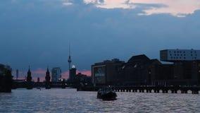 Berlijn, Kreuzberg, Fuif wedijvert met boot - Avond stock footage