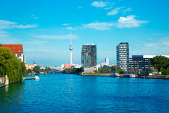 Berlijn met rivierfuif en oberbaumbruecke Royalty-vrije Stock Fotografie