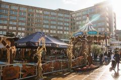 Berlijn, 4 Oktober, 2017: Carrousel en ander vermaak en straatvoedsel voor mensen in het Alexanderplatz-vierkant lokaal royalty-vrije stock foto