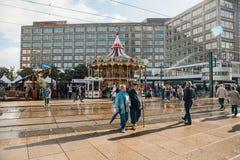 Berlijn, 4 Oktober, 2017: Carrousel en ander vermaak voor mensen op het Alexanderplatz-vierkant Lokale ingezetenen en royalty-vrije stock afbeeldingen