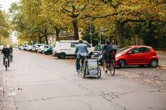 Berlijn, 2 Oktober, 2017: Onbekend paar - de man en de vrouw berijden samen op fietsen - eenvoudig en met kar - langs Royalty-vrije Stock Afbeeldingen