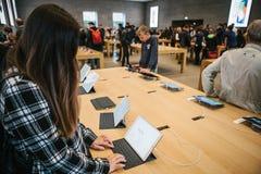 Berlijn, 2 Oktober, 2017: presentatie van de nieuwe geavanceerde tablet Ipad Pro in de officiële Apple-opslag De koper kijkt Royalty-vrije Stock Foto's