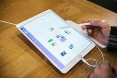 Berlijn, 2 Oktober, 2017: presentatie van de nieuwe geavanceerde tablet Ipad Pro in de officiële Apple-opslag De koper kijkt Stock Afbeeldingen