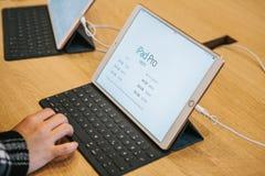 Berlijn, 2 Oktober, 2017: presentatie van de nieuwe geavanceerde tablet Ipad Pro in de officiële Apple-opslag De koper kijkt Royalty-vrije Stock Fotografie