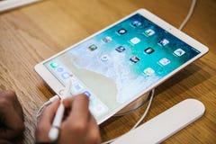 Berlijn, 2 Oktober, 2017: presentatie van de nieuwe geavanceerde tablet Ipad Pro in de officiële Apple-opslag De koper kijkt Royalty-vrije Stock Afbeelding