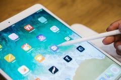 Berlijn, 2 Oktober, 2017: presentatie van de nieuwe geavanceerde tablet Ipad Pro in de officiële Apple-opslag De koper kijkt Stock Foto's