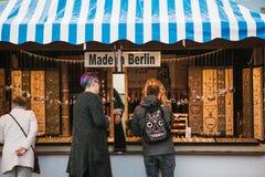 Berlijn, 03 Oktober, 2017: Vierend Oktoberfest kiezen de Mensen naast de teller producten die in Berlijn worden gemaakt royalty-vrije stock fotografie