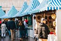 Berlijn, 03 Oktober, 2017: Vierend Oktoberfest lopen de Mensen op de straatmarkt op beroemde Alexanderplatz royalty-vrije stock afbeelding