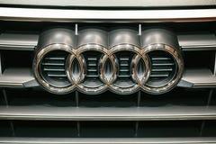Berlijn, 2 Oktober, 2017: Volkswagen-Groep Forum - een autoshow in Berlijn Audi-embleem op de voorzijde van de auto Audi Q5 Royalty-vrije Stock Fotografie