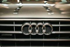 Berlijn, 2 Oktober, 2017: Volkswagen-Groep Forum - een autoshow in Berlijn Audi-embleem op de voorzijde van de auto Audi Q5 Stock Foto's