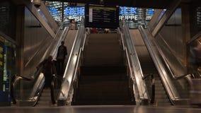 BERLIJN - SEPTEMBER 16: Timelapse van binnenland van Berlin Central Station, 16 September, 2017 in Berlijn, Duitsland wordt gesch stock footage