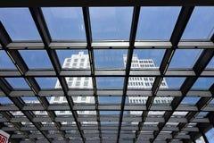 berlijn 06/14/2018 Torengebouwen van een glasdak dat worden gezien stock afbeeldingen