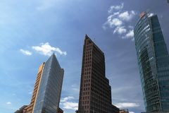 berlijn 06/14/2018 Wolkenkrabbers van Potsdamer Platz op de blauwe hemelachtergrond royalty-vrije stock foto