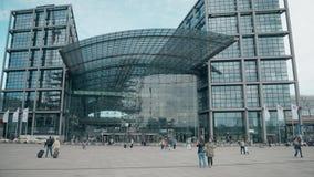 BERLIM, ALEMANHA - 1º DE MAIO DE 2018 Hauptbahnhof ou fachada principal da estação de trem filme