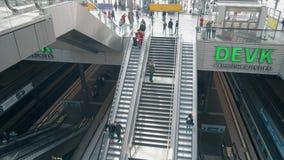 BERLIM, ALEMANHA - 1º DE MAIO DE 2018 Hauptbahnhof ou interior principal da estação de trem da cidade vídeos de arquivo