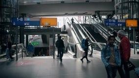 BERLIM, ALEMANHA - 1º DE MAIO DE 2018 Passageiros em Hauptbahnhof ou na estação de trem principal video estoque