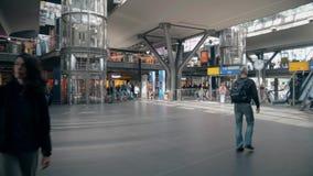 BERLIM, ALEMANHA - 1º DE MAIO DE 2018 Passageiros na estação de trem principal filme