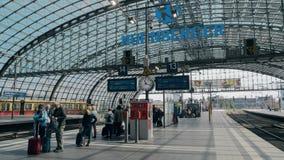 BERLIM, ALEMANHA - 1º DE MAIO DE 2018 Povos na plataforma principal da estação de trem da cidade filme