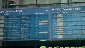 BERLIM, ALEMANHA - 1º DE MAIO DE 2018 Treine a placa da partida em Hauptbahnhof ou na estação de trem principal filme