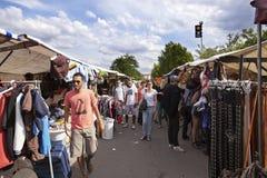 A roupa da feira da ladra de Mauerpark está o corredor Imagens de Stock Royalty Free