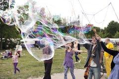 Fazendo bolhas de sabão em Mauerpark Fotos de Stock Royalty Free