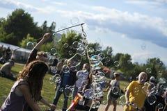 Fazendo bolhas de sabão em Mauerpark Foto de Stock Royalty Free