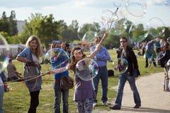Fazendo bolhas de sabão em Mauerpark Imagem de Stock Royalty Free