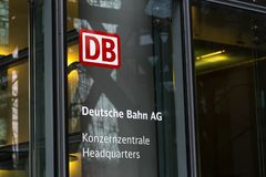 Berlim, Berlim/Alemanha - 24 12 18: as matrizes de Deutsche Bahn elevam-se Berlim Alemanha imagens de stock royalty free