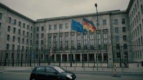 BERLIM, ALEMANHA - 30 DE ABRIL DE 2018 Bandeiras de ondulação de Alemanha e da União Europeia Imagens de Stock
