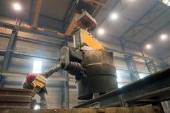 Berlim, Alemanha - 18 de abril de 2013: Produção de componentes do metal em uma fundição - grupo de trabalhadores foto de stock royalty free