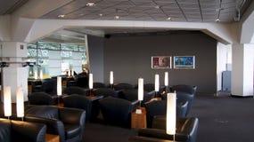 BERLIM, ALEMANHA - 17 de janeiro de 2015: área de assento na sala de estar do negócio no aeroporto internacional de Berlin Tegel fotos de stock royalty free