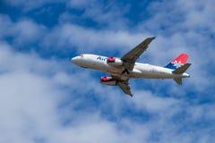 BERLIM, ALEMANHA - 7 DE JULHO DE 2018: Tomada de AirSERBIA Airbus A319-132 Fotografia de Stock
